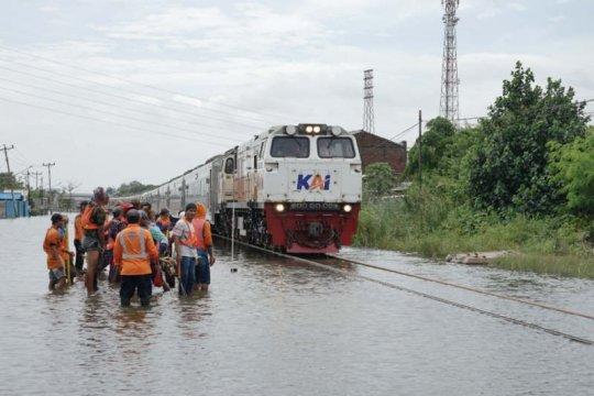 Perjalanan kereta dari Semarang ke Jakarta dibatalkan akibat banjir