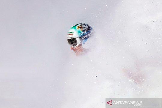 Aksi atlet ski di kejuaraan dunia FIS Alpine Cortina