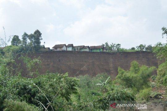 Tanah longsor ancam puluhan rumah di Cilawu Garut