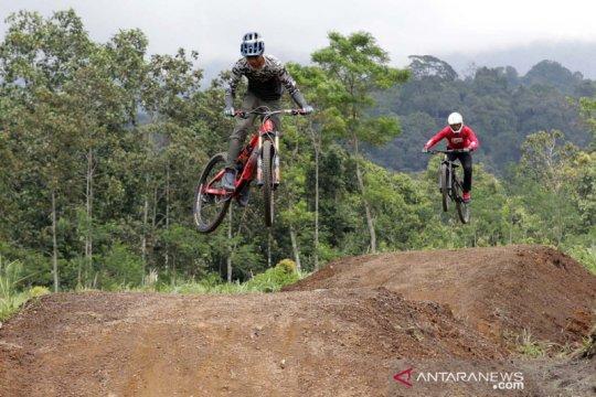 Aksi pesepeda gunung di Gumarang Bike Park Telunjuk Raung