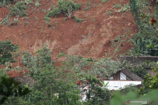 Tim lanjutkan cari korban hilang akibat tanah longsor di Nganjuk