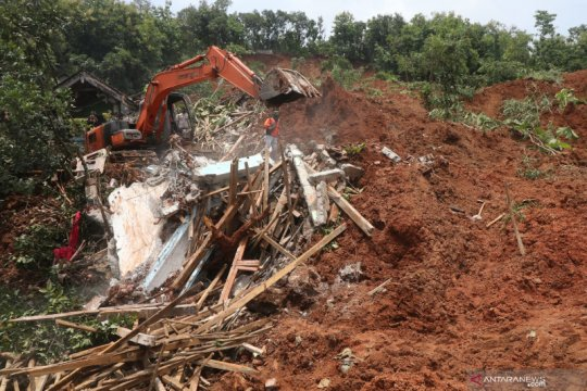 Pencarian korban bencana tanah longsor di Nganjuk