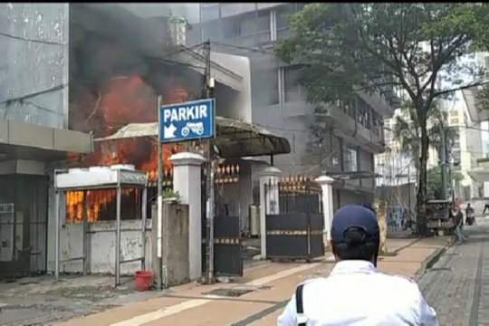 Damkar selamatkan empat penghuni toko saat kebakaran di Surabaya