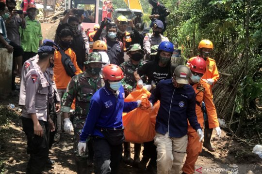 Petugas evakuasi tiga korban jiwa longsor Nganjuk