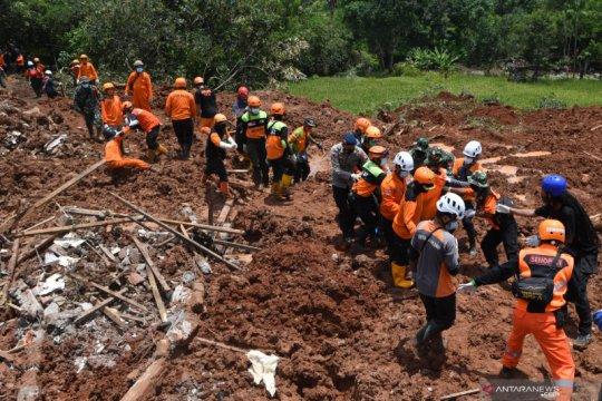 Pencarian korban longsor di Nganjuk