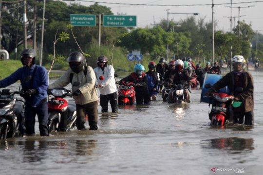 Banjir rendam jalan raya Porong