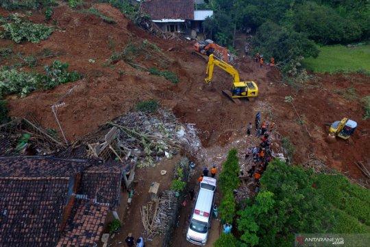 Petugas lanjutkan pencarian korban tanah longsor di Ngetos-Nganjuk