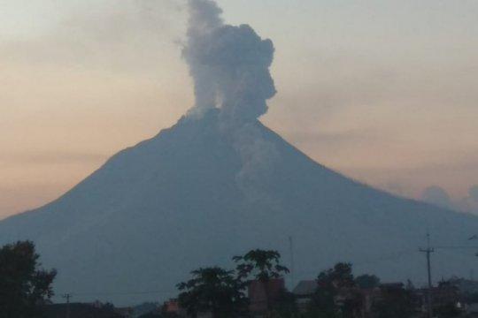 Gunung Sinabung erupsi luncurkan awan panas guguran sejauh 1,7 km