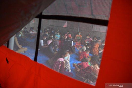 Dirawat, puluhan pengungsi-relawan longsor Nganjuk diduga keracunan
