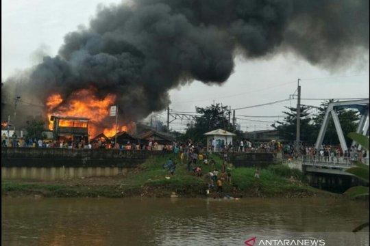 Korsleting meteran listrik diduga sebabkan kebakaran di Kali Anyar