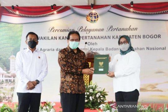 Sofyan Djalil-Bupati Bogor resmikan kantor BPN di Cileungsi