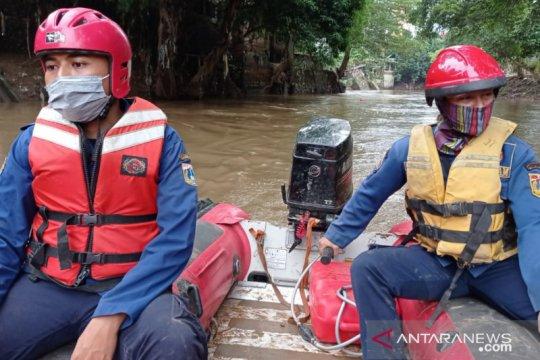 Personel damkar mencari orang hilang di Sungai Ciliwung