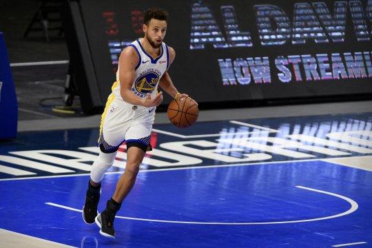 Stephen Curry nyaris sendirian menghela Golden State Warriors