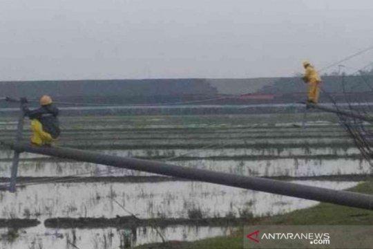 PLN perbaiki 12 tiang listrik roboh di Bekasi
