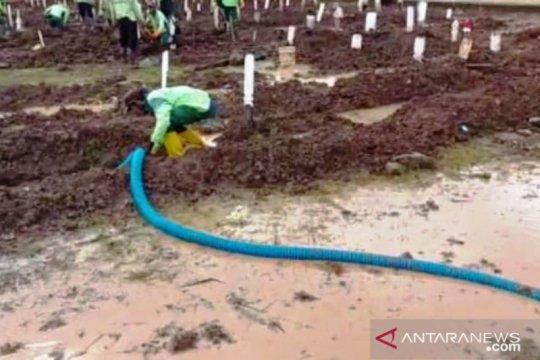 Puluhan liang lahat TPU Bambu Apus terisi genangan air hujan