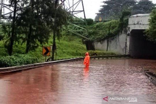 Polda Metro alihkan lalu lintas sejumlah ruas jalan akibat banjir