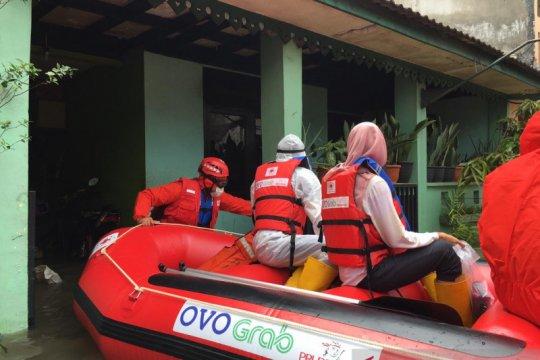 Relawan PMI Kota Bekasi evakuasi pasien COVID-19 dari kepungan banjir