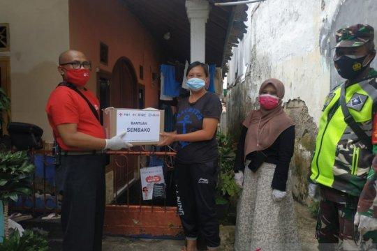 PMI distribusikan paket bantuan untuk pasien COVID-19 di Sukabumi