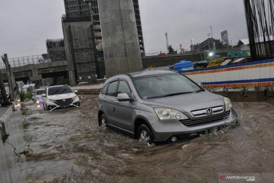 Genangan air akibatkan lalu lintas kendaraan di Tol Japek padat