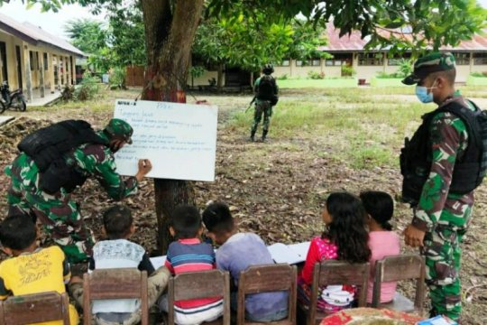 Prajurit TNI beri bimbingan belajar anak-anak di perbatasan RI-PNG