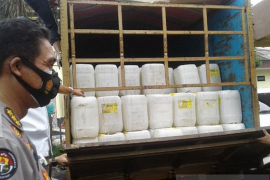 Polda Sulut menggagalkan pengiriman 8.280 liter Cap Tikus ke Manokwari