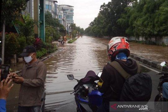 Arus lalu lintas dua ruas jalan di Jakarta Barat dialihkan