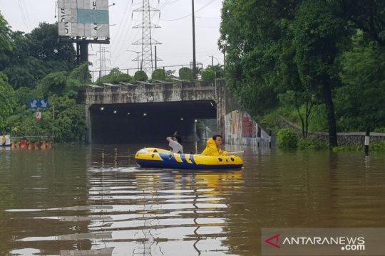 Banjir, arus kendaraan di Jalan DI Panjaitan dialihkan