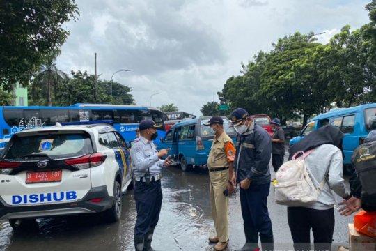 Terminal Kampung Rambutan disergap banjir