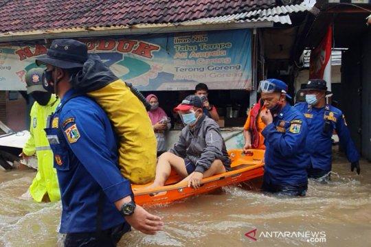 Warga derita gagal ginjal dievakuasi untuk berobat saat banjir melanda