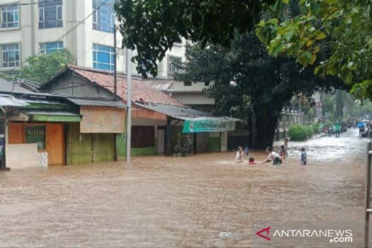 Ratusan warga mengungsi akibat banjir di Meruya Utara