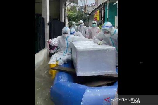 Polda Metro Jaya evakuasi jenazah COVID-19 di tengah banjir