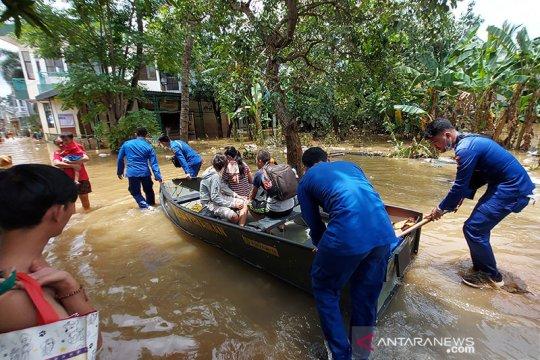 Polair Baharkam bantu mobilitas warga di lokasi banjir Cipinang Melayu