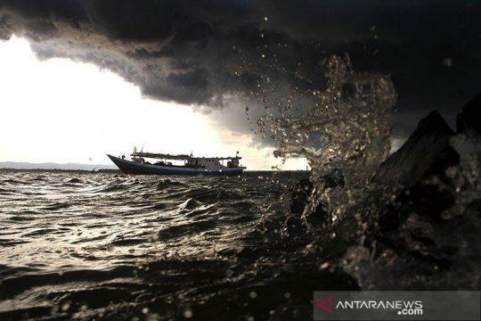 Gelombang laut 6 meter landa perairan Sumut-Sumbar