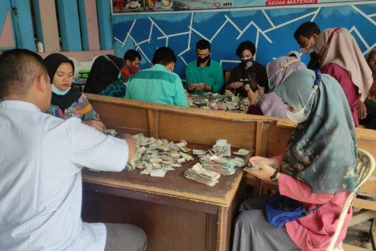 Bawa uang sekarung Rp82 juta, kakek di Payakumbuh menabung di bank