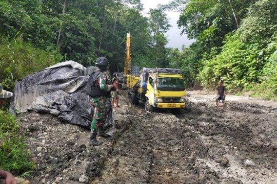 Satgas TNI dampingi Ditjen Bina Marga tangani jalan tertimbun longsor