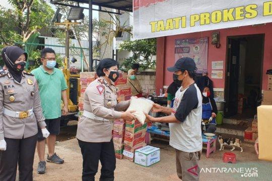 Korlantas Polri bagikan bansos kepada korban banjir di Cipinang Melayu