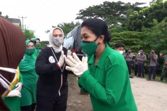 Ketua Umum Persit KCK bantu korban banjir di Karawang, Jabar