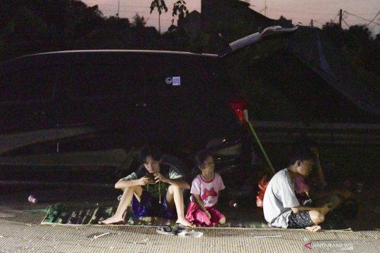 Warga korban banjir mengungsi di proyek jalan tol Cibitung-Cilincing