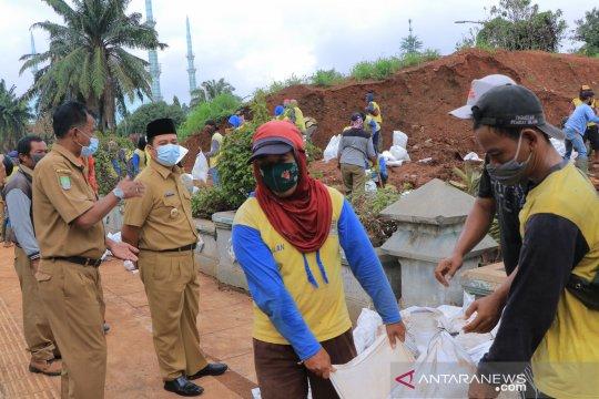 Pemkot Tangerang tambal tanggul bocor antisipasi hujan lebat besok