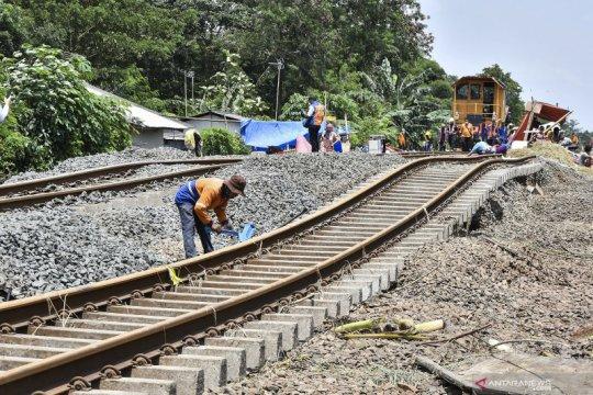 Perbaikan rel kereta terdampak banjir