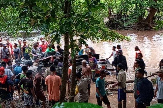 Mantan kades di Sumbawa hilang terseret banjir bersama mobilnya
