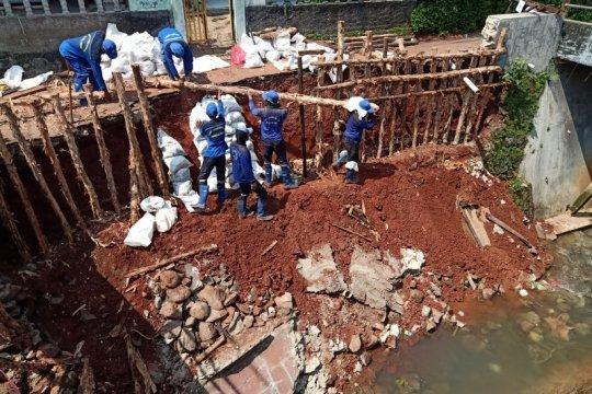 Terdapat 11 lokasi tanah longsor akibat banjir di Jaktim