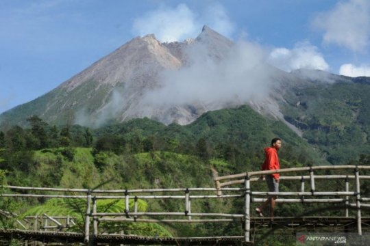 Gunung Merapi meluncurkan guguran lava pijar sejauh 1,2 Km