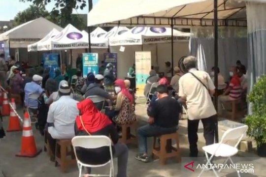 Puskesmas Kramat Jati batasi antrean peserta vaksinasi lansia