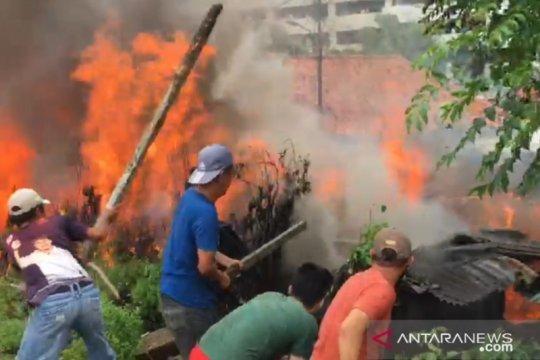 Kobaran api dekat rel Stasiun Jatinegara dari tiga bangunan terbakar