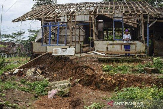 Rumah rusak akibat pergerakan tanah di Kampung Cigorowong