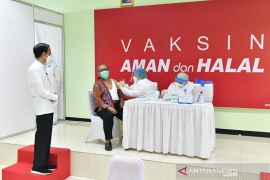 Presiden tinjau vaksinasi COVID-19 pada guru di SMAN 70 Jakarta