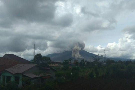 Guguran abu Gunung Sinabung teramati dengan jarak luncur 1.000 meter