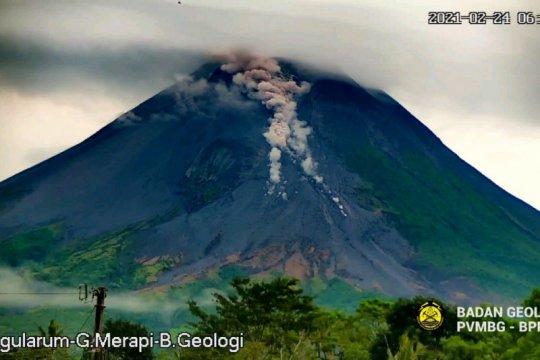 Awan panas dan lava pijar Merapi meluncur ke arah barat daya
