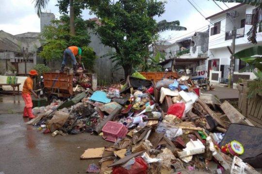 Dinas LH Kota Tangerang kerahkan personel bersihkan lokasi banjir
